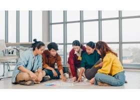 亚洲青年创意人小组身着休闲服讨论商业头_10075817