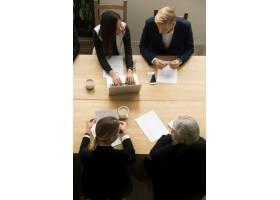 不同的業務同事在會議上一起工作垂直俯視_3954469