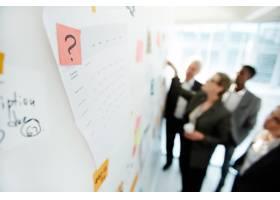与同事进行富有成效的项目讨论_5403511