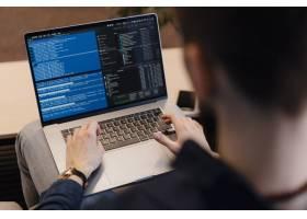 关闭在笔记本电脑上编写代码的人员_7621115