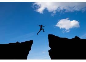 人在山间跳跃人在夕阳背景下跳崖商业理_1118744