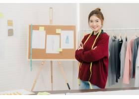 专业漂亮的亚洲女时装设计师在人体模型服装_3441228