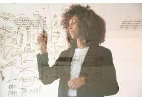 专注于年轻女商人在虚拟黑板上写作集中年_9649695