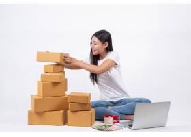 从客户那里订购产品的快乐女性坐在白色背_4283081
