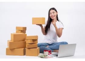 从客户那里订购产品的快乐女性坐在白色背_4283082