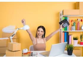 企业主在家庭办公室包装工作_5448563