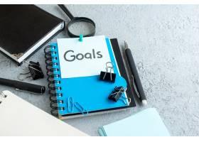 前视图目标用记事本和钢笔在白色背景上写下_13292580