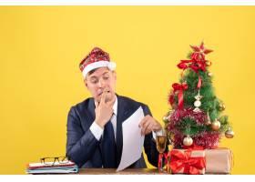 前视坐在圣诞树旁的一位焦躁不安的男子在_13361322
