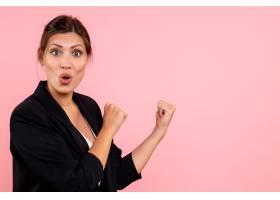 前视年轻女性穿着深色夹克粉色背景_12545132
