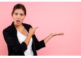 前视年轻女性穿着深色夹克粉色背景_12546590