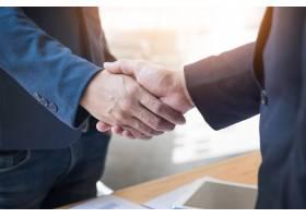 两个自信的商人在办公室里握手成功交易_1203162