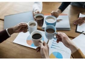 办公室会议期间人们手持咖啡杯欢呼的角度_12065607