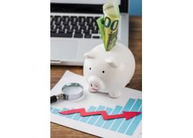 办公用品高角度带存钱罐和增长图表_11383303