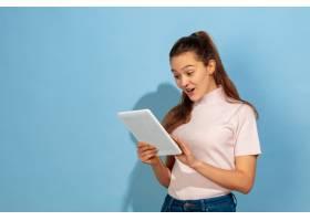 十几岁的女孩使用平板电脑感到惊讶和震惊_13058576