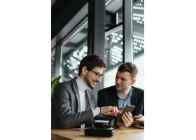 两位商人使用智能手机进行对话_7627650
