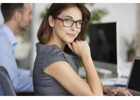 办公室里兴高采烈的女人画像_13274128