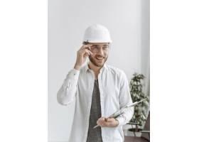 办公室里戴着头盔的肖像男子_13296694