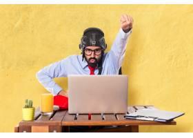 办公室里戴着飞行员帽子的商人_1198531
