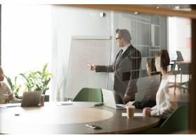 严肃的商人向同事介绍公司的业务目标_3953818