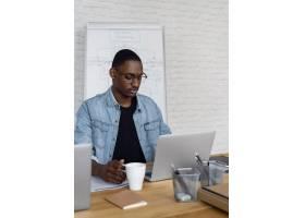 中型商务人士在笔记本电脑上工作_13377865