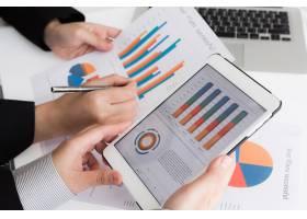 使用带财务数据的数字平板电脑的业务团队特_1007966