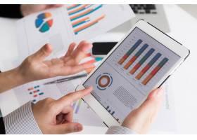 使用带财务数据的数字平板电脑的业务团队特_1007967