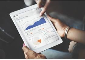 使用平板电脑屏幕显示统计数据和业务数据的_3222589
