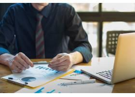办公桌和图表上的业务文档带有社交网络图_1203641
