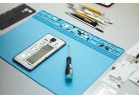 修理工的工作场所办公桌上有手机和特殊工_10897846