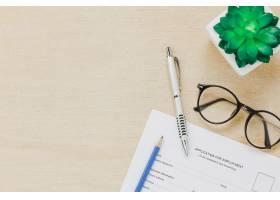 俯瞰商务办公桌背景求职表格和钢笔眼镜树_1276214