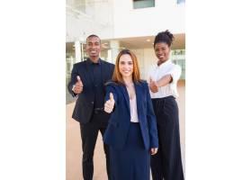 乐观的年轻跨种族商界人士竖起大拇指_4998537