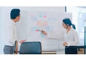 亚洲商人和女商人开会集思广益提出想法_7685880