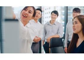 亚洲商人和女商人开会集思广益提出想法_7696862