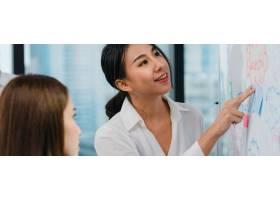 亚洲商人和女商人开会集思广益提出想法_7696878