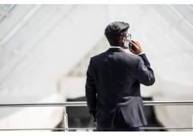 一位年轻的印度商人在打电话_9076289