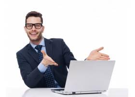 一位年轻的商人指着电脑_12232383