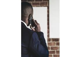 一位年轻的非裔美国商人在打电话_13312388