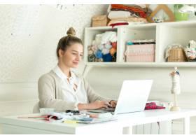 一位手持笔记本电脑的年轻女子的肖像_1281061