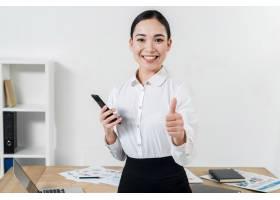 一位自信的年轻女商人对着办公室的摄像机竖_4157486