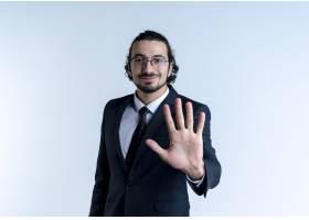 一位身穿黑色西装戴着眼镜的商务人士微笑_12328760