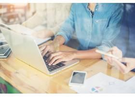一名女子在笔记本电脑上打字_917176