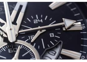 一块黑色手表的指针数字和小时标记的特写_12040325