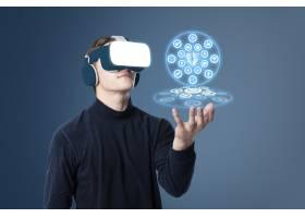 一名男子戴着VR头盔指着网络安全全息图_13313128