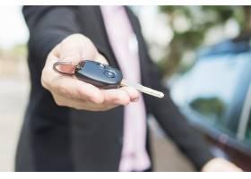 一名男子正在给某人一把车钥匙_3763188
