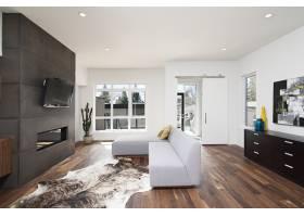 一座现代住宅的美丽室内镜头白色放松的墙_8028428