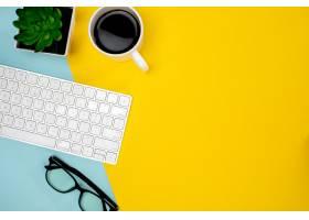 一杯咖啡无线键盘和眼镜_7735627