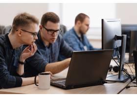 一群在办公室工作的年轻生意人_7621164