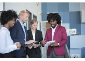 一群成功的多元化的商业伙伴在现代办公室_12449357