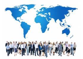 一群手持世界地图的人_11307054