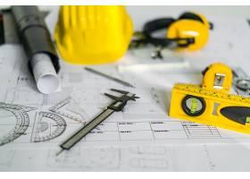 设计图上有头盔和绘图工具的施工平面图_1129062